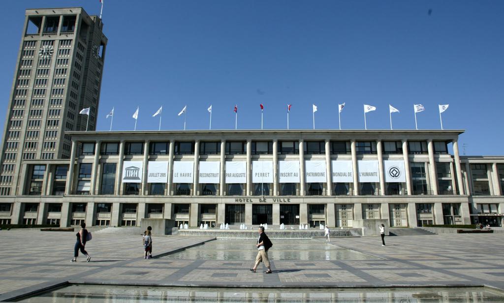 Façade de l'Hôtel de Ville pavoisée de drapeaux Unesco
