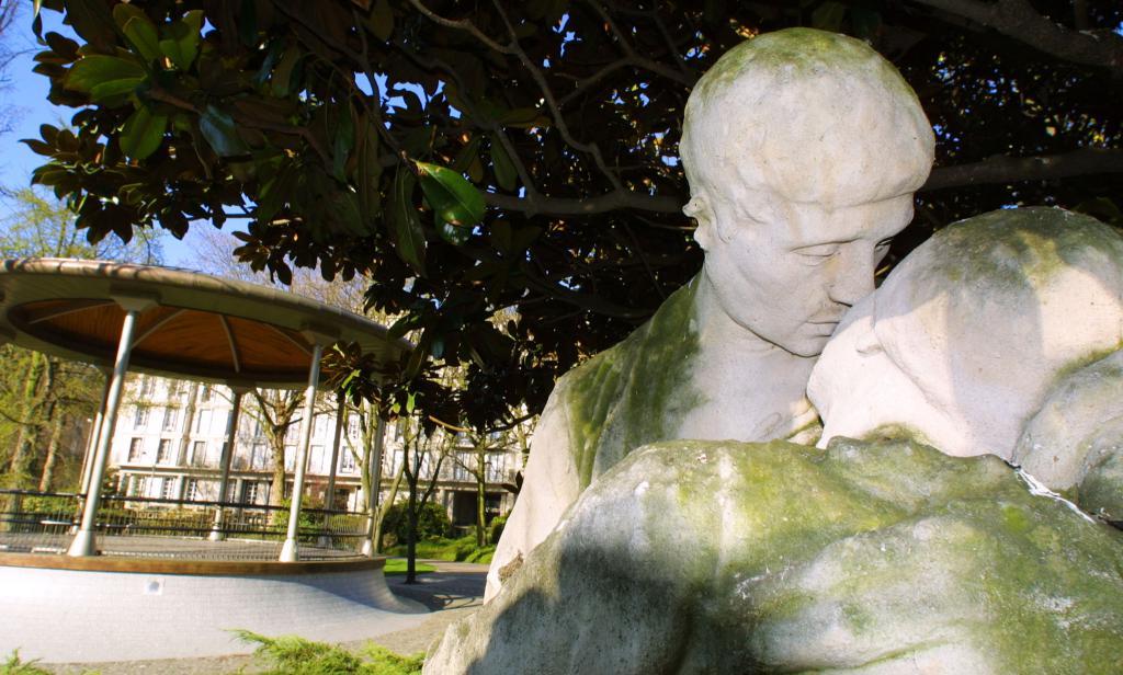 La statue de Paul et Virginie dans le square Saint-Roch
