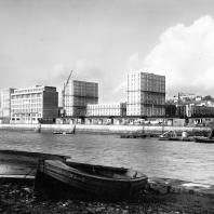 Baraques provisoires longeant le bassin du Commerce vers 1950.