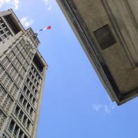 Contre plongée sur la tour de l'Hôtel de Ville