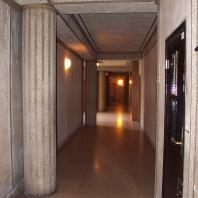Colonnes dans les couloirs des immeubles.jpg