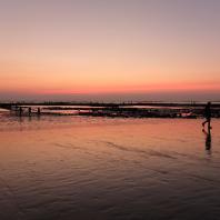 Coucher de soleil sur la plage à marée basse
