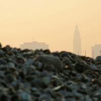 La Porte Océane et l'église Saint Joseph sous la brume matinale
