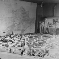 Jacques Tournant et la maquette de l'Hôtel de Ville, 1950