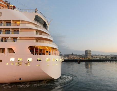 Arrivée d'un bateau de croisiére dans le port